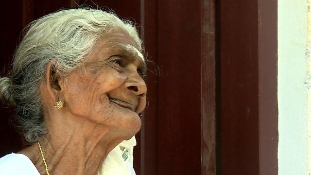 عجوز عمرها 96 عاما في الإبتدائية: خضعت لأول امتحان دراسي في حياتها