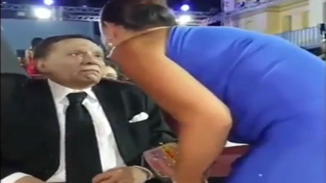 نظرة عادل إمام لإعلامية شهيرة عند تقبيلها تثير جدلاً