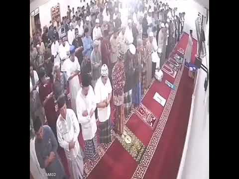 ردة فعل المصلين بعدما هز زلزال الأرض تحت أقدامهم في مسجد بإندونيسيا!