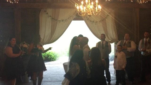 زوجة أب حاولت تخريب القبلة الأولى للعروس فتلقت جزاءها