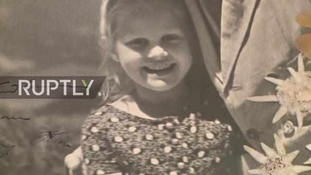 صورة نادرة .. هتلر يظهر حنانه مع طفلة يهودية