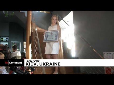حسناء أوكرانية تمتلك شعرا رائعا يضرب الرقم القياسي في الطول