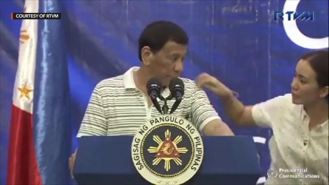 """صرصور """"ليبرالي"""" يتسلق كتف الرئيس الفلبيني دوتيرتي"""