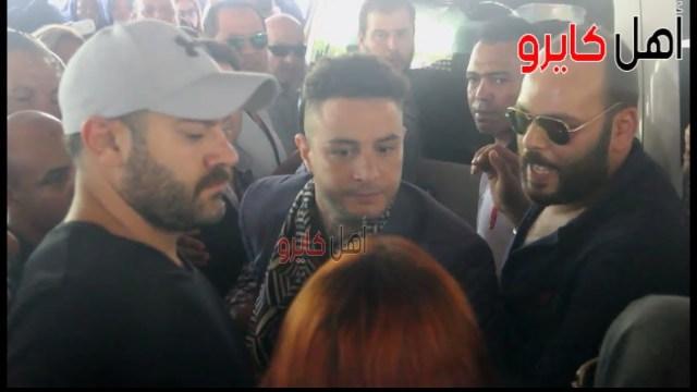 فيديو للفنان أحمد الفيشاوي وهو يوبخ زوجته خلال جنازة والده