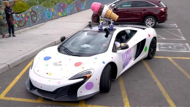 رجل أعمال يحول سيارته الفارهة إلى عربة آيس كريم