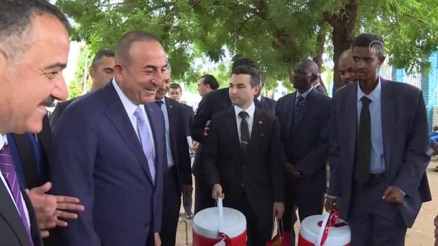 وزير الخارجية التركي تشاووش أوغلو يتجول في شوارع الخرطوم ويقدم هدايا لبائعات الشاي