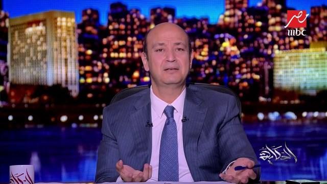"""عمرو أديب يدافع عن """"صلاح"""" بعد جلسة التصوير مع عارضة حسناء: """" حضن محترم .. واتصور مع صاروخ برازيلي """""""