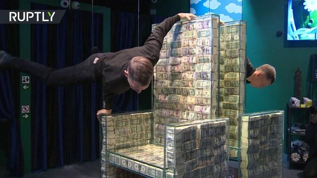 روسي يصمم كرسيًا من مليون دولار