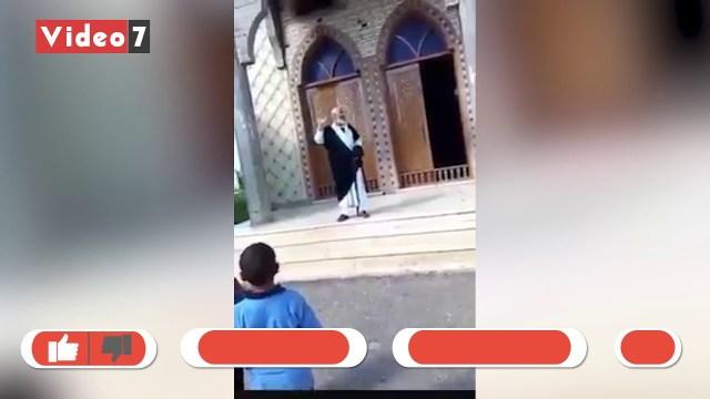 """مصري يقف أمام مسجد مدعياً أنه """"المهدي المنتظر"""" في زمن كورونا"""