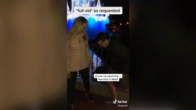 فيديو يحقق آلاف المشاهدات..رد فعل غير متوقع من فتاة بعد تلقيها عرضًا للزواج