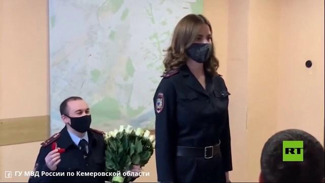 في عيد الحب.. شرطية روسية تتلقى عرض زواج خلال اجتماع رسمي
