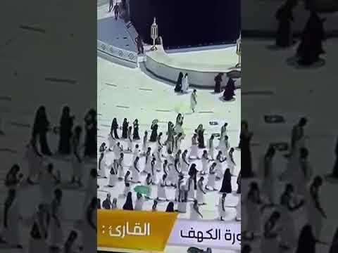 مشهد إنساني نبيل لرجل أمن يتخلى عن مظلته لمعتمر بالحرم المكي