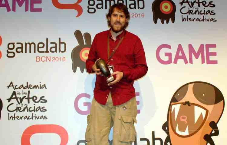 Arturo Monedero de Delirium Studios posa con una pulga en los premios Gamelab 2016
