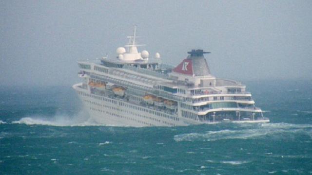 Il mare è in tempesta: ecco cosa succede dentro la nav...