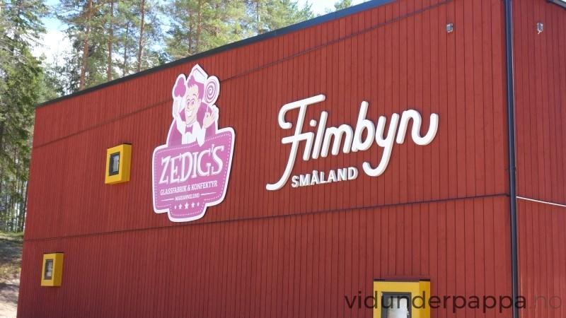 Velkommen til Filmbyn Småland! Et stort bygg der en innendørs kan se hvordan film blir laget.
