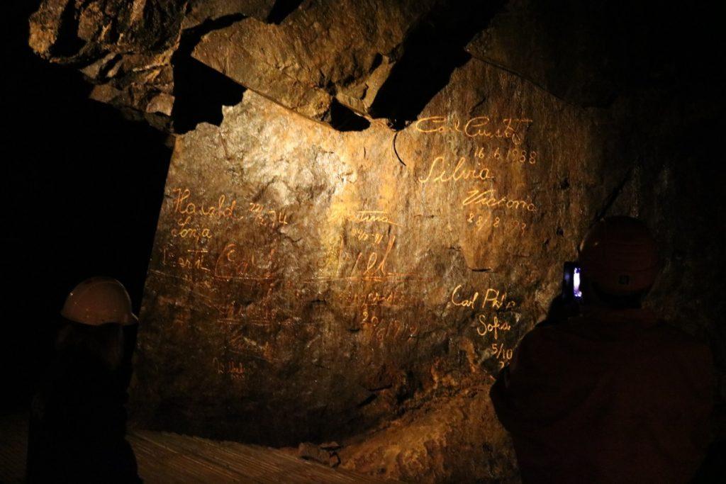 Flere besøkende fikk lov til å skrive sine navn i gull på veggene i gruven. Vidunderpappas navn kommer mest sannsynlig opp i løpet av høsten!