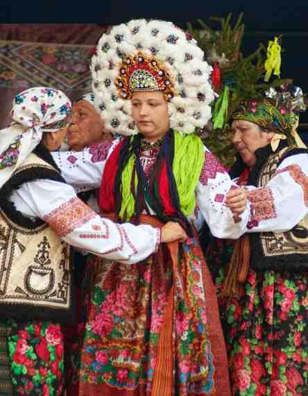 Нижній Ключів Коломийського району Івано-Франківської області в традиційному  весільному вінку 54b6ca07cb39f