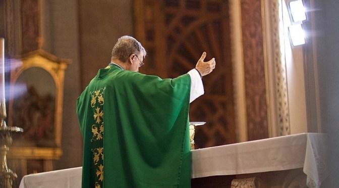 «Prions afin que mon sacrifice qui est aussi le vôtre soit agréable à Dieu le Père, tout-puissant» – Comment les fidèles offrent-ils la messe?