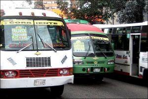 Además del ambiente dentro del bus, los pasajeros deben soportar las peleas entre los conductores por