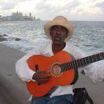 Músico en el Malecón de La Habana