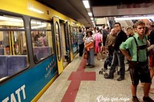 Desde el metro se respira el Oktoberfest, con la gente ya vestida para ir
