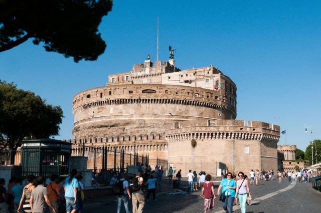 Die mächtige Engelsburg in Rom gleicht einer Festung