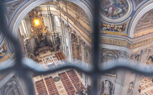 Petersdom Kuppel in Rom Blick hinab