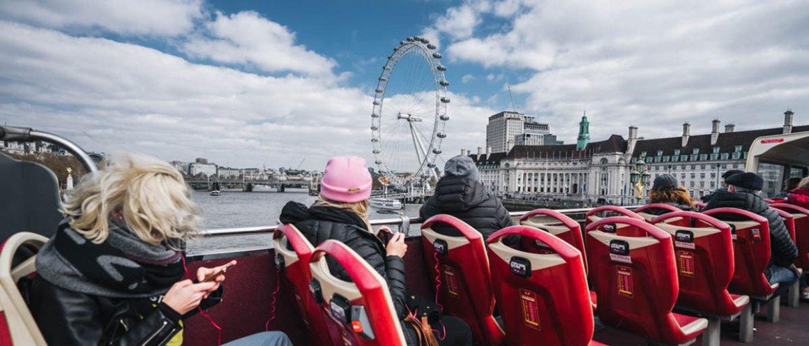 "Hop-on Hop-off bus Londen ""class ="" lazy lazy-hidden wp-image-37806 ""srcset ="" https://viel-unterwegs.de/wp-content/uploads/2018/04/hop-on-hop -off-london.jpg 1200w, https://viel-unterwegs.de/wp-content/uploads/2018/04/hop-on-hop-off-london-500x214.jpg 500w, https: // vaak .de / wp-content / uploads / 2018/04 / hop-on-hop-off-london-768x329.jpg 768w, https://viel-unterwegs.de/wp-content/uploads/2018/04/hop- on-hop-off-london-1024x439.jpg 1024w ""data-lazy-sizes ="" (max. breedte: 1200px) 100vw, 1200px"