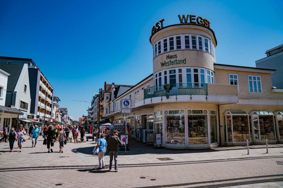 "winkelstraat westerland ""width ="" 1200 ""height ="" 800 ""srcset ="" https://i0.wp.com/viel-unterwegs.de/wp-content/uploads/2019/06/einkaufsstrassen-westerland.jpg?w=1160&ssl=1 1200w, https: // many- unterwegs.de/wp-content/uploads/2019/06/einkaufsstrassen-westerland-500x333.jpg 500w, https://viel-unterwegs.de/wp-content/uploads/2019/06/einkaufsstrassen-westerland-768x512.jpg 768w, https://viel-unterwegs.de/wp-content/uploads/2019/06/einkaufsstrassen-westerland-1024x683.jpg 1024w ""sizes ="" (max-breedte: 1200px) 100vw, 1200px ""/></noscript data-recalc-dims="