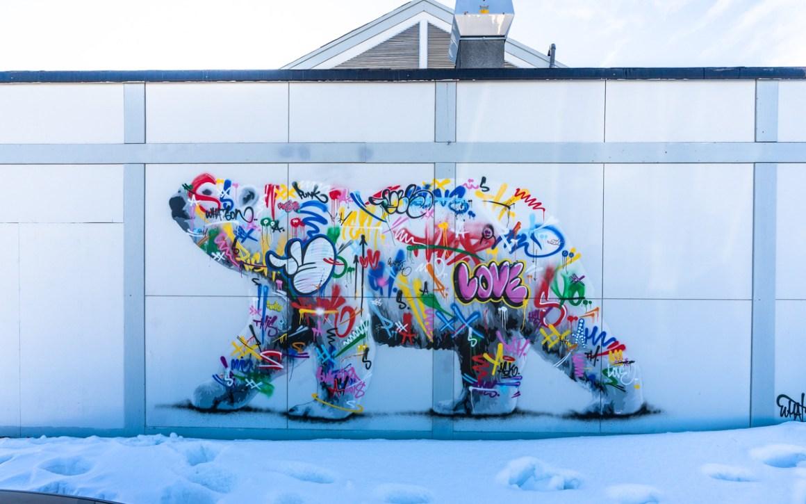 """eisbaer-street-art-longyearbyen """"width ="""" 1200 """"height ="""" 750 """"srcset ="""" https://i0.wp.com/viel-unterwegs.de/wp-content/uploads/2019/10/eisbaer-street-art-longyearbyen.jpg?w=1160&ssl=1 1200w, https://viel-unterwegs.de/wp-content/uploads/2019/10/eisbaer-street-art-longyearbyen-500x313.jpg 500w, https://viel-unterwegs.de/wp-content/uploads /2019/10/eisbaer-street-art-longyearbyen-768x480.jpg 768w, https://viel-unterwegs.de/wp-content/uploads/2019/10/eisbaer-street-art-longyearbyen-1024x640.jpg 1024w """"sizes ="""" (max-breedte: 1200px) 100vw, 1200px """"/></noscript data-recalc-dims="""