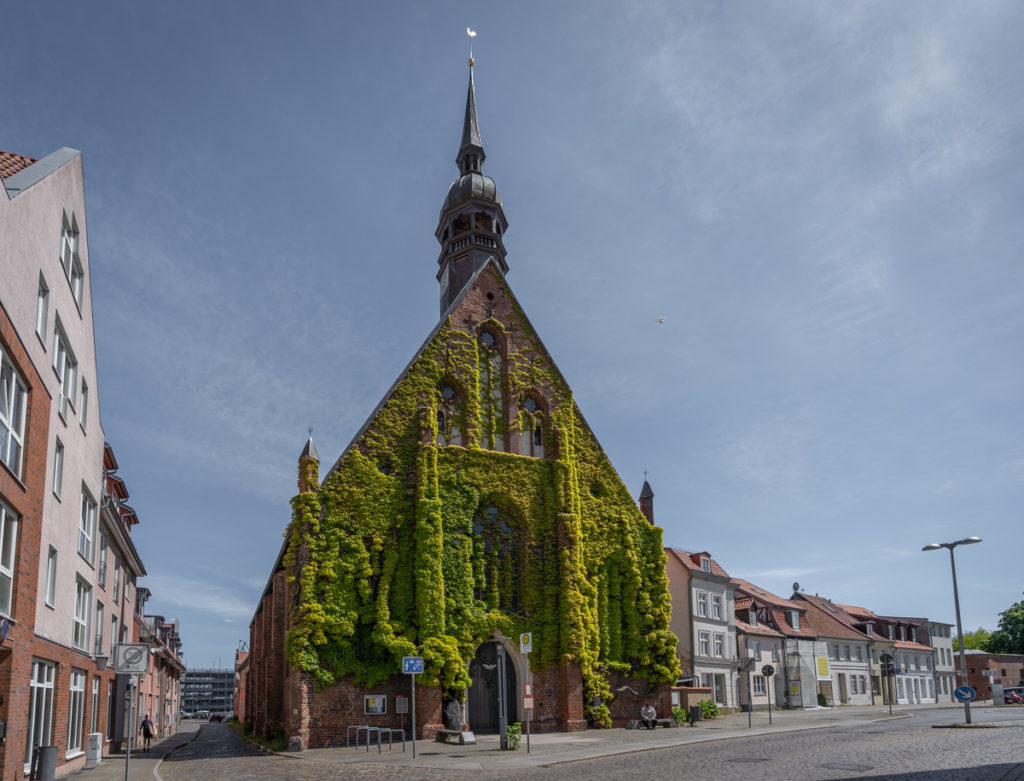 De voorkant van de Heilgeistkloster in Stralsund.