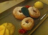 Gebackene Apfelradln mit Vanille-Zimtschaum € 7,50