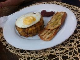 Cachupa in der festeren Frühstücks-Variante mit Ei (Clube Atlantico, Mindelo)