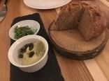 Gedeck - selbst gemachtes Brot mit Kürbiskernaufstrich