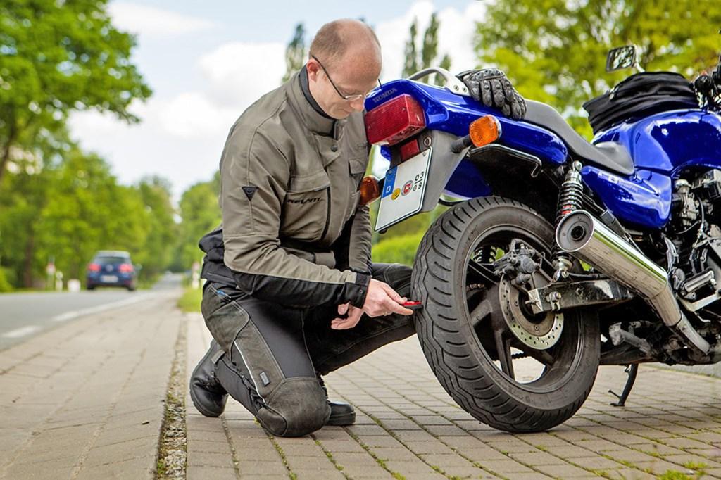 Mit regelmäßiger Pflege und einer reifenschonenden Fahrweise lässt sich die Lebensdauer von Motorradreifen deutlich verlängern.