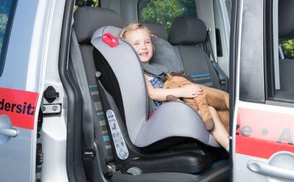 Die Wahl des passenden Kindersitzes ist wichtig, damit im Fall eines Aufpralls das Kind am ganzen Körper geschützt ist. Der Kauf sollte anhand des Gewichts des Kindes vorgenommen werden.