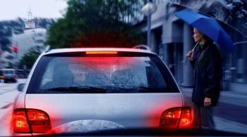 Durchblick in jeder Situation: Mit einer korrekt eingestellten Fahrzeugbeleuchtung sowie mit neuen Scheibenwischern können Autofahrer ihren Pkw auf die nasskalte Jahreszeit vorbereiten.