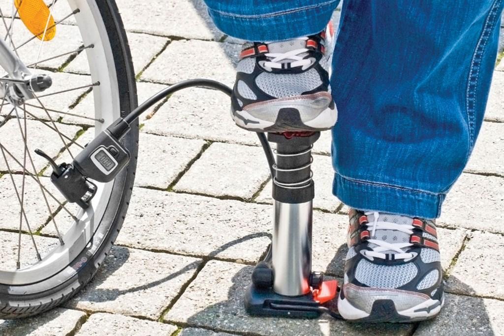 Radfahrer haben meistens von Haus aus gut trainierte Beine. Deren Kraft können sie auch bei der Fußpumpe einsetzen.
