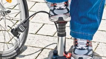 Radfahrer haben meistens von Haus aus gut trainierte Beine. Deren Kraft können sie auch bei der Luftpumpe einsetzen.