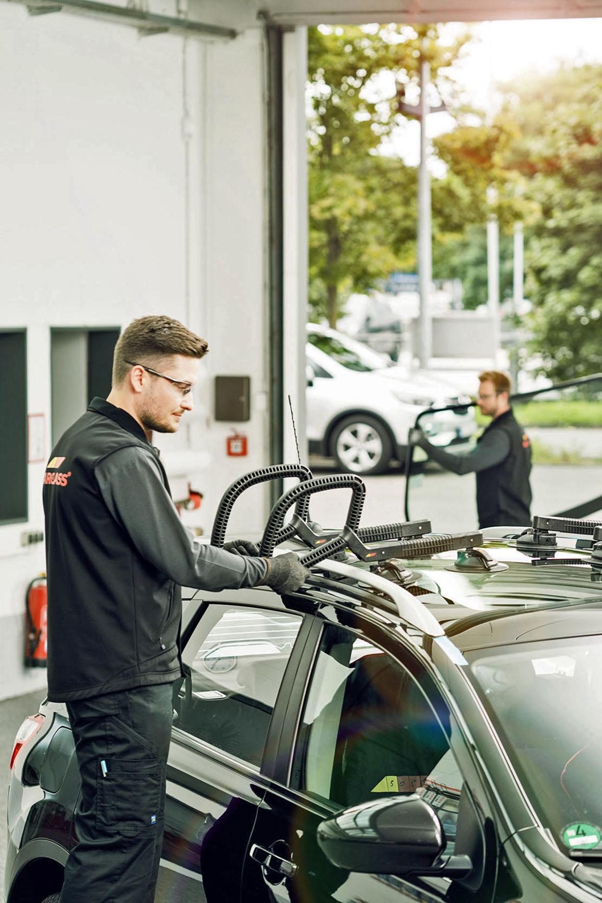 Ein Scheibentausch am Fahrzeug gehört in Profihände: Fachbetriebe verfügen über die notwendige Erfahrung und die technische Ausstattung - Nach einem Scheibentausch