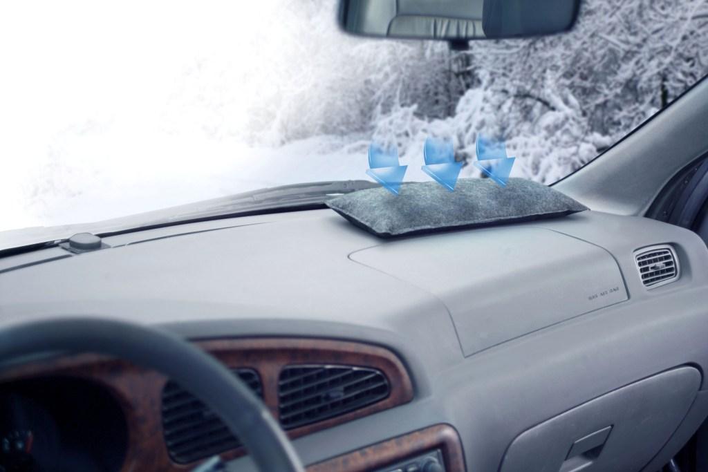 Gefährlicher Blindflug: Bei kühlen Temperaturen neigen Fahrzeugscheiben dazu, von innen zu beschlagenen. Entfeuchterkissen beugen dem Problem vor - Autoentfeuchter