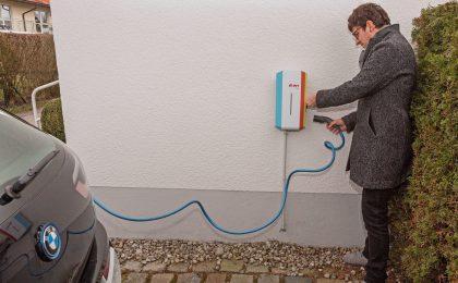 In der Handhabung ist die Wallbox unkompliziert. Einfach das E-Auto per Kabel verbinden und schon kann es neue Energie für die nächste Fahrt tanken.