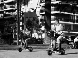 Padre e hijo montando en patín