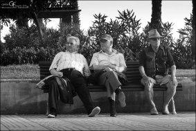 Tres sentados