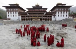 bhutan calugari in dzongs