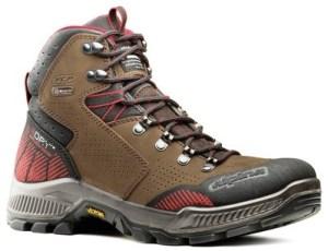 Bocanci de munte versus cizme de cauciuc