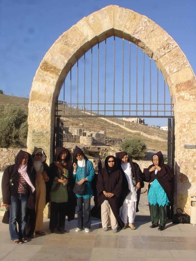"""Bergaya dengan jubah """" Harry Potter"""" di depan gerbang gua Al-Kahfi"""