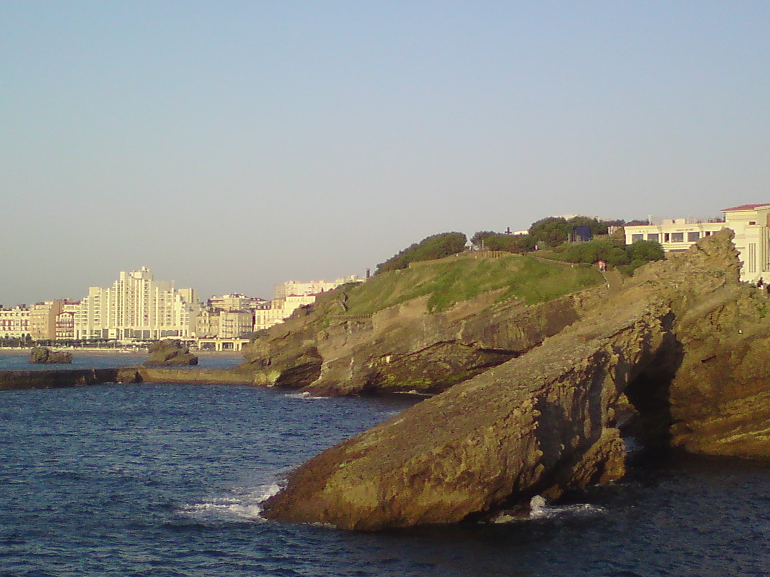 Biarritz dari balik batu karang pantai