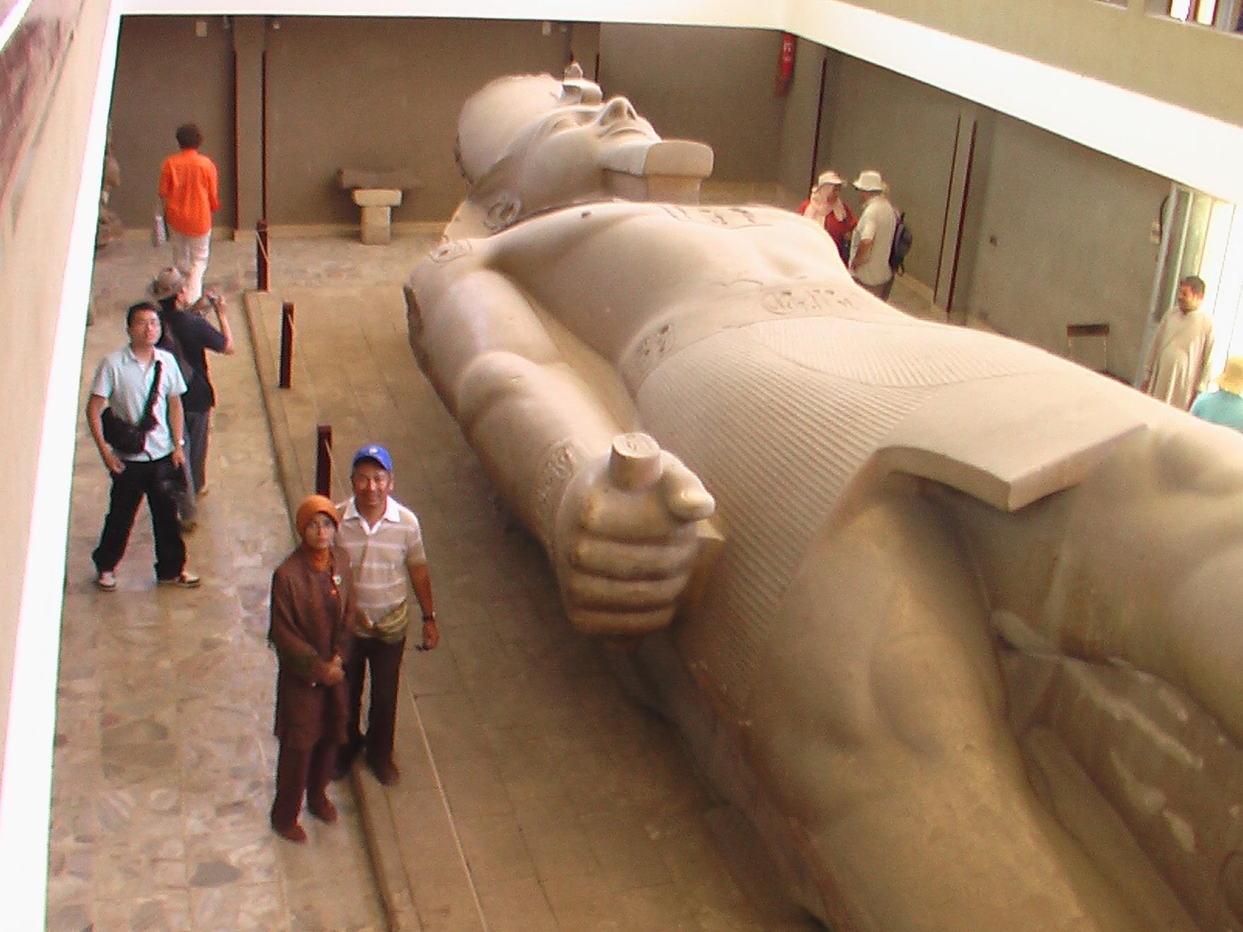 patung raksasa Ramses II yang gagal berdiri