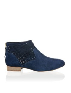Sommerboots in dunkelblau um 79,95€ http://www.stiefelkoenig.com/at/Damen/WomensShoes/Boots-Stiefeletten/Miss-Divine-Veloursleder-Bootie--1223601908?related-search=%2FWomensShoes-category%2FBoots-Stiefeletten-producttype&index=45